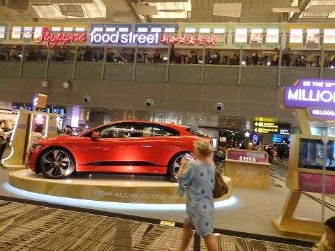 空港内のロトの景品の車