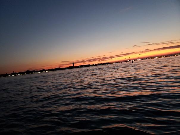 水上バスから夕暮れのムラーノ島を望む