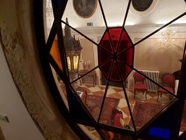階段のステンドグラスから階下を見る