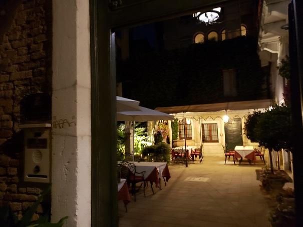 ホテルの木戸から見た庭の夜の風景