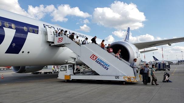 ワルシャワ空港で機内から会談で降りるる