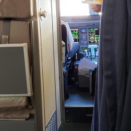 機内コックピットが見えます
