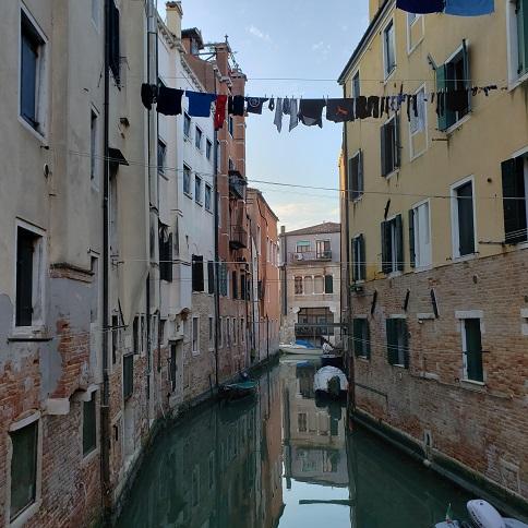 水路と洗濯物の風景