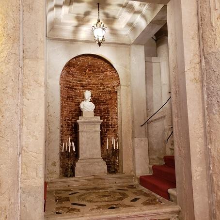 彫像と階段