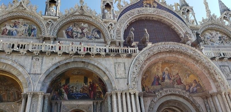 聖堂正面のモザイク画と馬の像