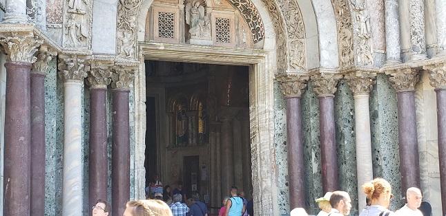 正面入り口の綺麗な大理石柱