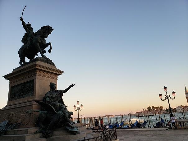 ヴィットーリオ・エマニュエーレ2世の彫像とサンマルコ運河