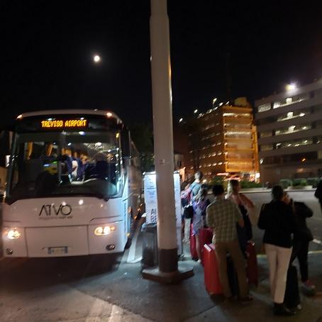 空港行きのバスと乗客