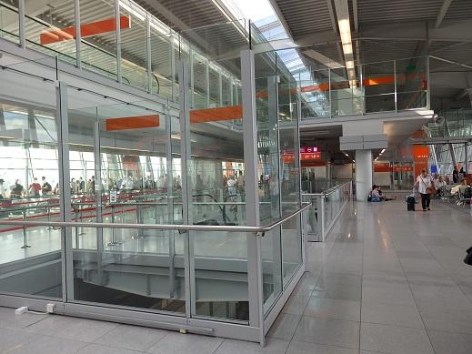 ワルシャワ空港ターミナル内