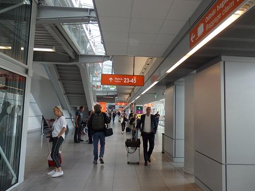 ターミナル内ラウンジ行階段付近