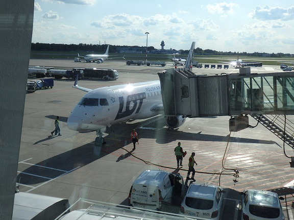 ワルシャワからヴェネツィアに向かうLO311便給油中