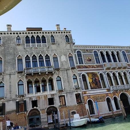 ダ・ムーラ・モロズィーニ館の右隣は、ファサードの2階部分に2枚のモザイク画があることで、大運河でも目立つバルバリーゴ館
