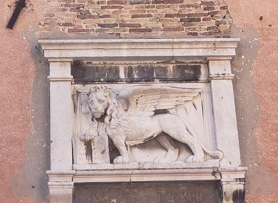 羽の生えたライオンのレリーフ