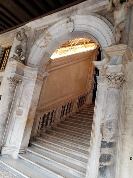 黄金の階段入り口