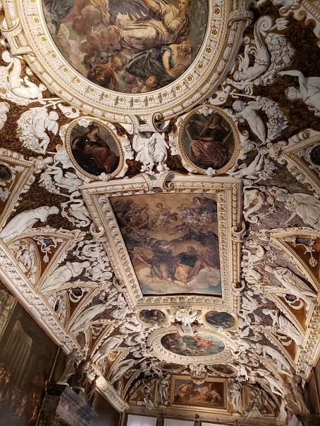 黄金の階段天井画
