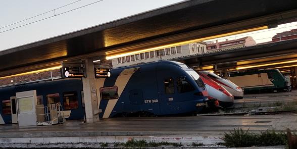 ホームに入線している列車