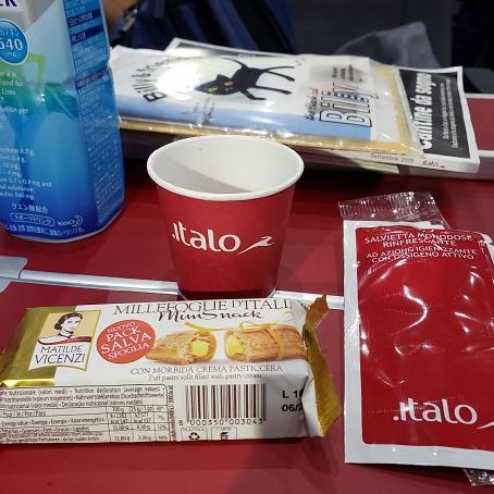 イタロでサービスされるお菓子とコーヒー