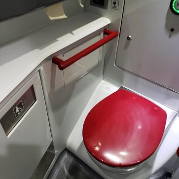 赤い蓋の便器