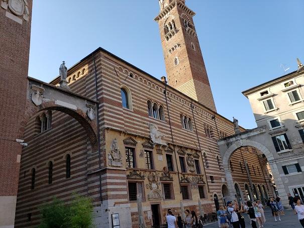 ラジョーネ宮とカンシニョリオ宮を繋ぐ門