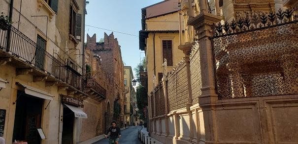 スカリジェリ霊廟の横にある通り