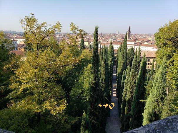 グトッティの上から庭園を眺める