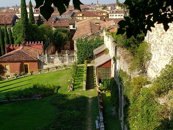 12世紀の壁と果樹園
