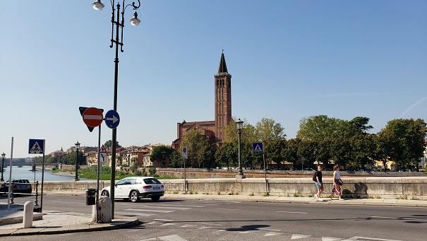 ローマ劇場入り口付近の風景