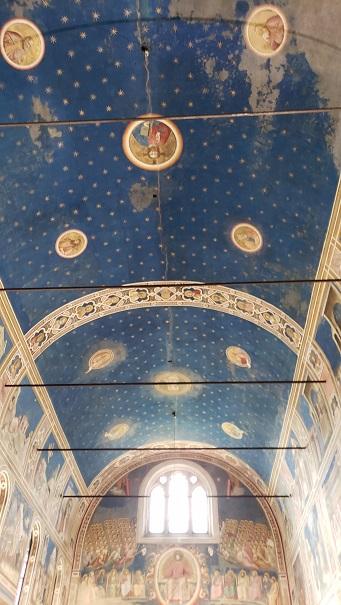 天空を表す青い天井
