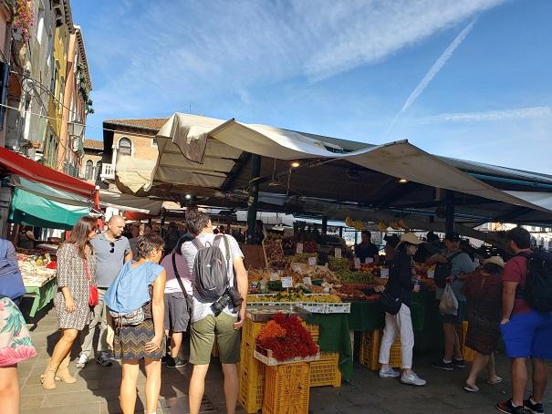 リアルト市場野菜と果物テント