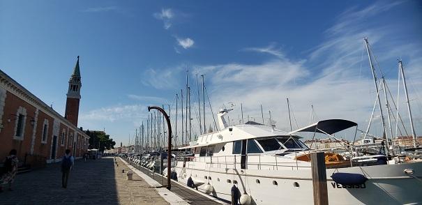 岸壁とヨット