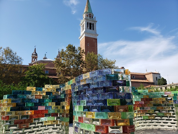 第57回ベネチア・ビエンナーレに出展された作品「Qwalala」