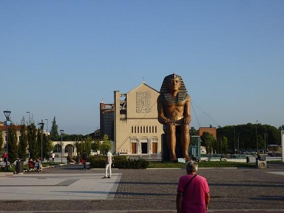 ヴェローナ駅前ファラオ像