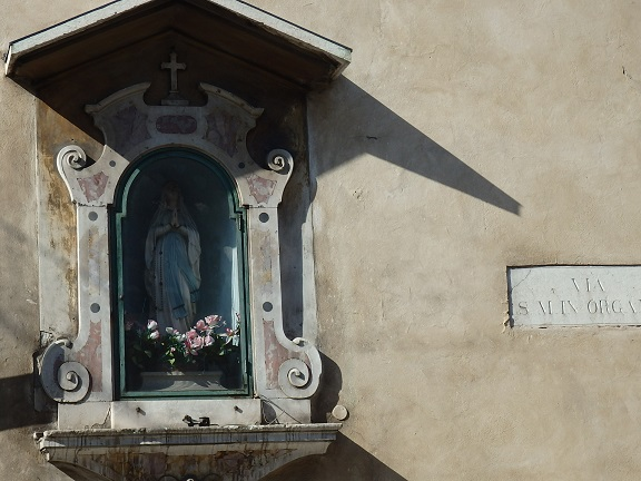 ジュスティ通りのマリア様の像