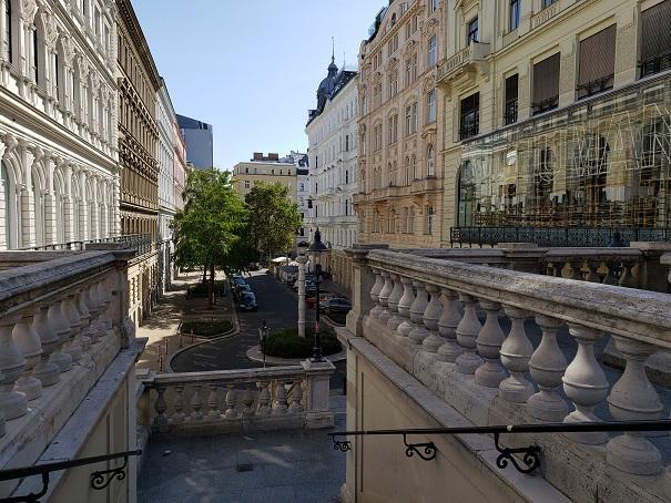階段のある街の風景