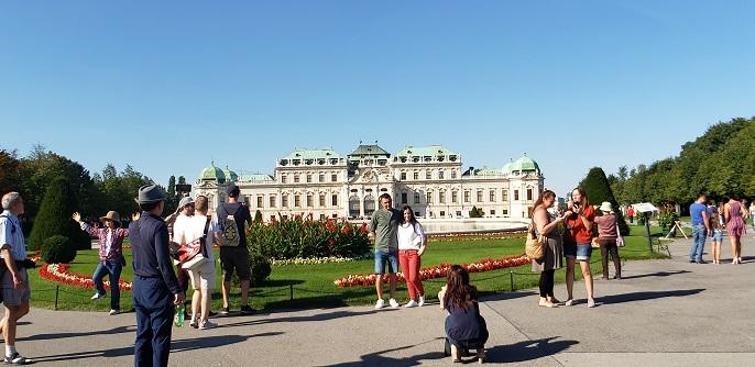 上宮の眺めとバックに写真を撮る人々