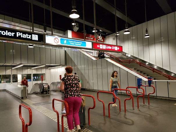 地下鉄の乗車口