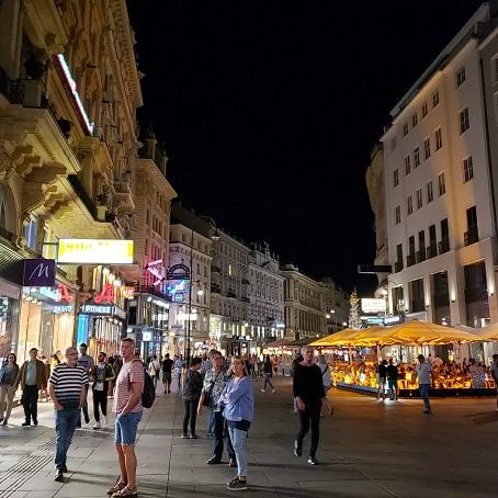 ウィーンの夜の賑わい