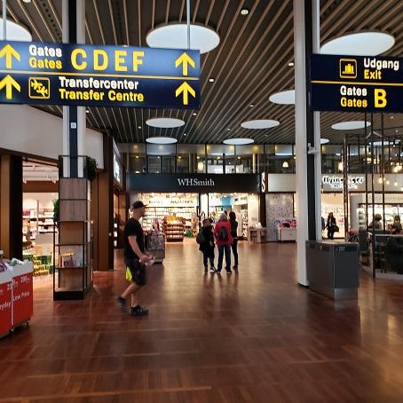空港の通路と案内板