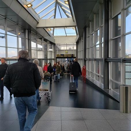 空港と地下鉄の駅を結ぶ通路