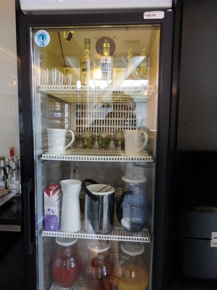 冷蔵庫内のドリンクとサラダ