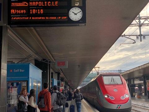 ナポリ駅とフレッチャロッサ