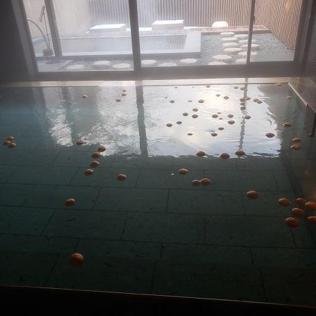 柚子湯内風呂と露天風呂