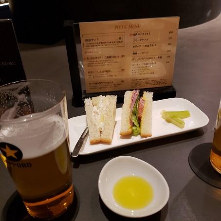 サンドウィッチとビール