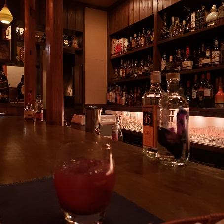 カウンターと洋酒の棚