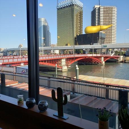 窓からの隅田川のながめ。