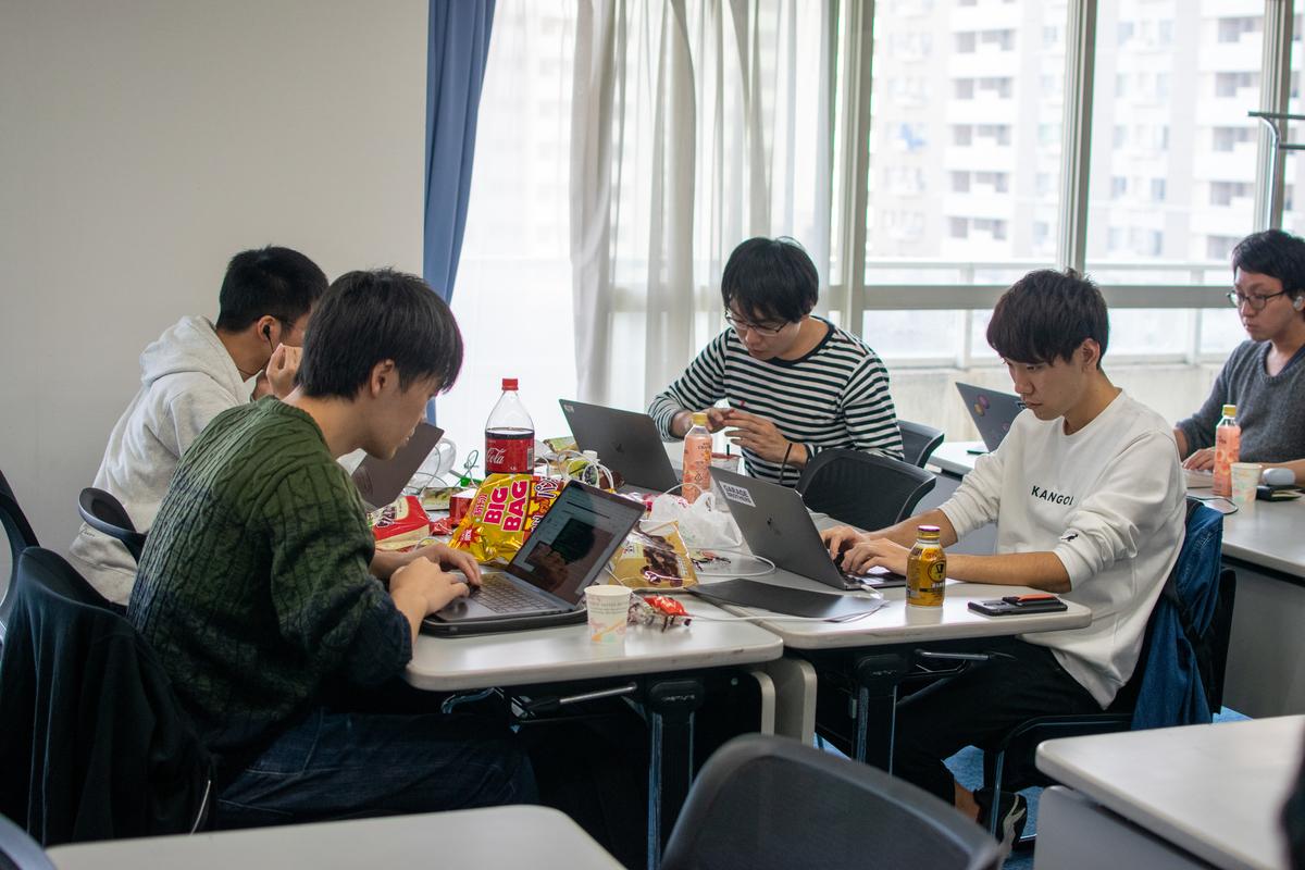 机をつなげてチームで開発を進める人たち (1)