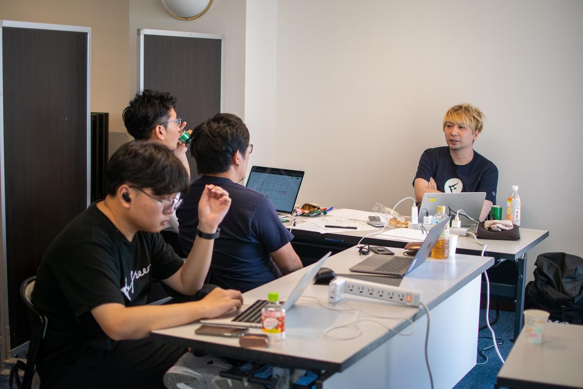 机をつなげてチームで開発を進める人たち (2)