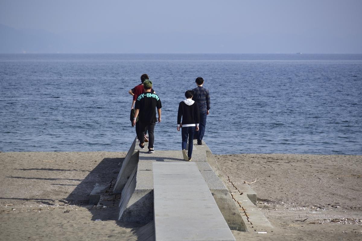 海岸でリフレッシュしているメンバー