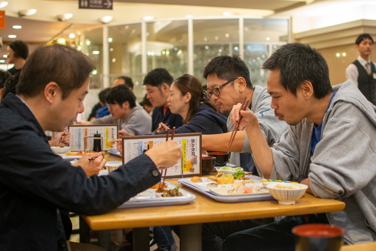 ご飯を食べながら談笑するメンバー