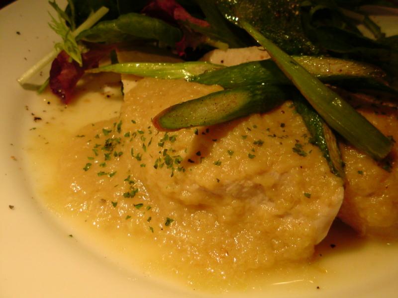 この間食べたランチ。鶏胸肉蒸し煮、茄子!のソース。黄色いのがそう